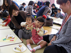 山口県防府市の幼稚園 玉祖幼稚園(たまのやようちえん)子育て支援 にこにこ元気っ子クラブ 風景 おやつ