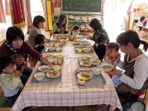 山口県防府市の幼稚園 玉祖幼稚園(たまのやようちえん)子育て支援 にこにこ元気っ子クラブ 風景 給食